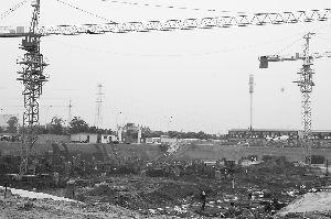 """6月6日,记者拍摄的""""襄阳地税大楼""""项目工程施工场面及""""工程概况牌""""。"""