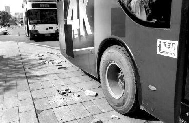 地砖被公交车碾压裂开。 本报记者 赵端 摄
