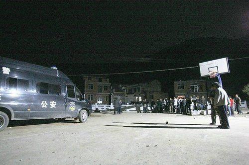 图文:前晚10点,仍有特警留在沙港村冯湾值守