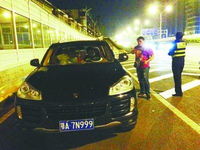 逆行逃逸的保时捷被交警截获。记者商为智 摄