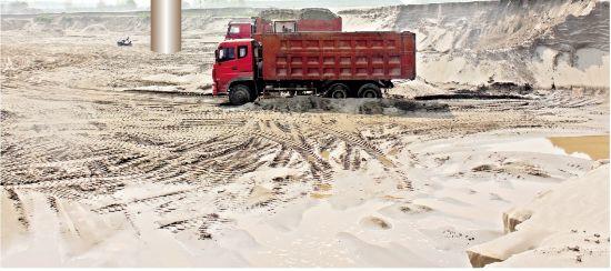 图为:一大片农田被挖出深深的大坑,囤积的砂每天从这里运走兜售 记者郭徽 余渊 通讯员蔡小敏摄
