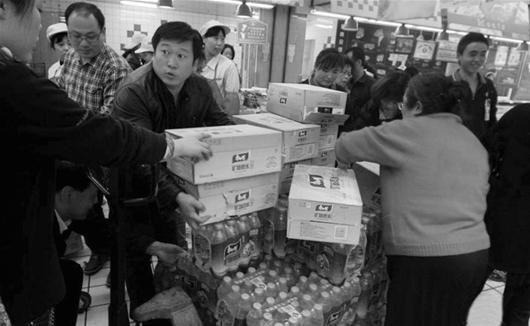 图为:兰州市民在超市采购矿泉水