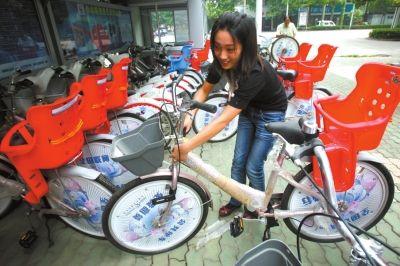 2009年9月1日,青山区工业二路附近的免费自行车站点。市民正在体验带有儿童专座的亲子免费自行车。图/东方IC