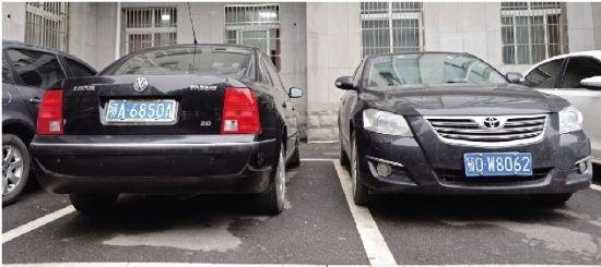 图为:省公安交管局院内已有车辆换牌(左) 记者姚品摄