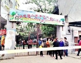 武汉男子持刀翻进幼儿园 老师急关铁门有惊无险