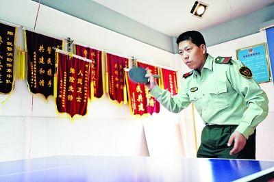 皇甫江武休息时间打乒乓球。