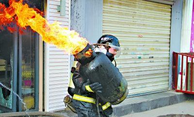 抱火哥 皇甫江武 火场中抱出吐着火舌的煤气罐