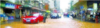 排水哥 徐院林 暴雨中坚守街中窨井旁,边示警边保持排水