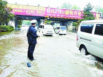 航标哥 余发先 暴雨中站在无盖窨井旁指挥交通