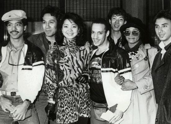 3、超越学习的终身学习 1980年,邓丽君于纽约排练7月20日林肯中心演出,她从容地以英、日语和国语、粤语,与来自四面八方的国际团队工作人员沟通无碍,剧场经理听得目瞪口呆,连说:对不起!邓小姐不仅是歌星,还是位语言专家。凭借敏锐听力和语言天赋,加以不间断的努力苦学自修,邓丽君的学历虽仅中学肄业,但却练就十余种语言。