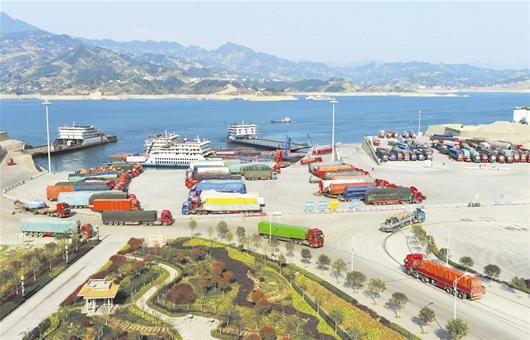图为:繁忙的三峡翻坝滚装运输港——秭归银杏沱滚装码头。