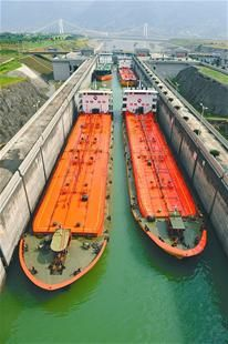 图为:船舶有序通过三峡五级船闸上行。