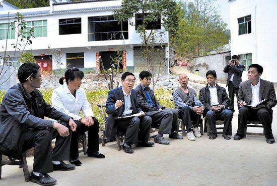 郧西县委书记胡俟(左三)进村入户收集民意