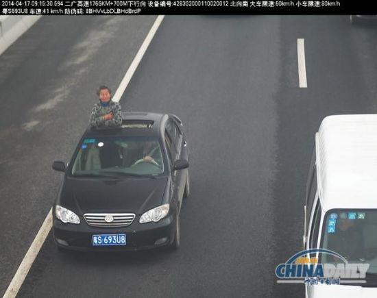 看风景的婆婆 图片来源中国日报网