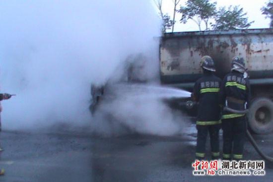 襄阳一辆洒水车行驶途中发生自燃