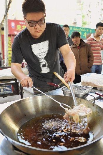 24岁海归弃高薪经商失败 到菜市场卖炸鸡
