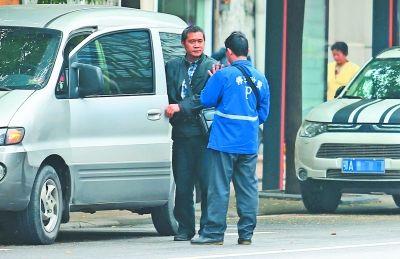 收费员与司机谈价。记者何晓刚 摄