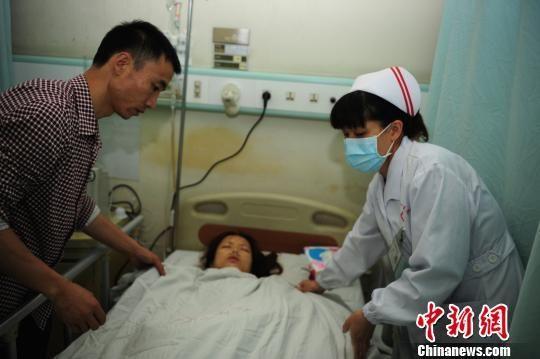 医护人员和亲属在龙华医院精心护理伍女士。 陈文 摄