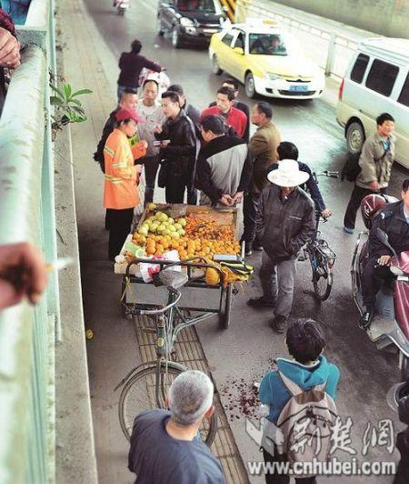 武汉一城管协管员劝阻占道被水果摊主砍伤