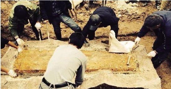 图为:古墓发掘现场
