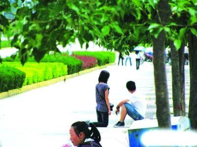 从网传下跪图中人物的穿着来看,季节与武汉近期不符。图片来源于网络