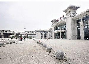 """图为:被称为""""站中站""""的鄂州站,右边主楼为鄂州火车站,左边附楼为城际铁路鄂州站"""