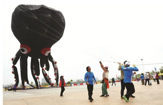 图为:巨型章鱼风筝 记者王永胜摄