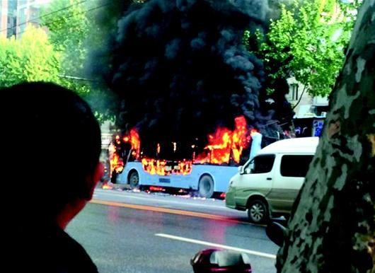 武汉2路电车街头起火 系电路短路引发自燃(图)