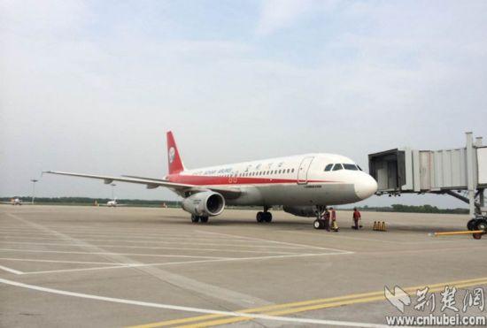 """大熊猫""""希望""""乘坐航班3u871抵达宜昌三峡机场"""