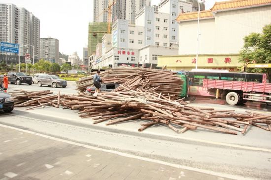 十堰满载木料卡车侧翻 一辆轿车被埋