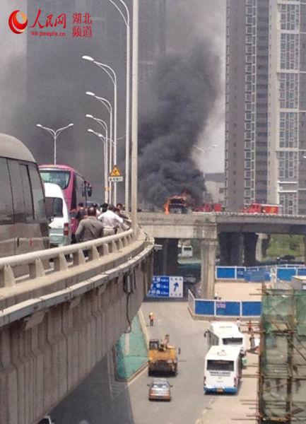 武汉市武泰闸白沙洲高架上有一大巴客车着火,现场浓烟滚滚