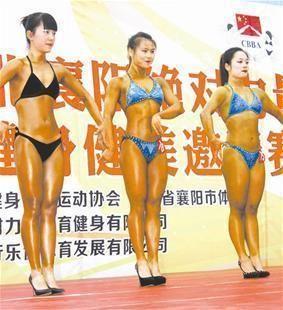 健美运动员登台亮相 记者卢亚明摄