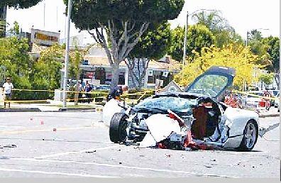 图为:段夫驾驶的法拉利跑车几乎被撞报废