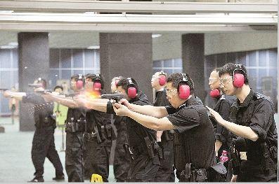 民警正在进行训练射击