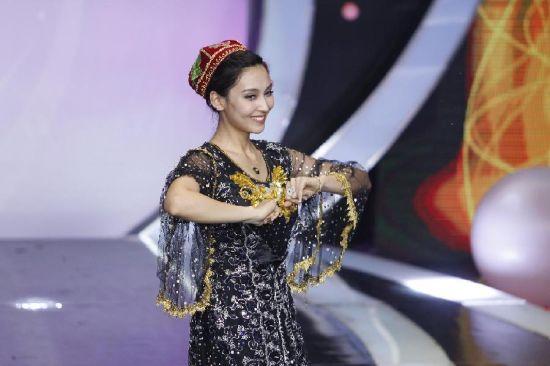 新疆维吾尔族校花走红 能歌善舞心灵手巧