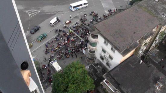 2014年5月9日7时左右,广西柳州市北站路一酒店11楼,一名年轻女子赤身裸体在窗户边声称要轻生