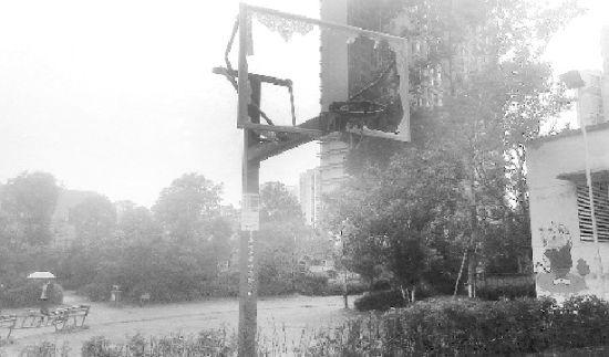 武汉一业主不满有人夜晚打篮球 搭梯砸坏篮球板