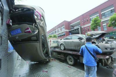 昨日,体育街车祸现场,事故车辆正被拖离 记者刘斌 摄