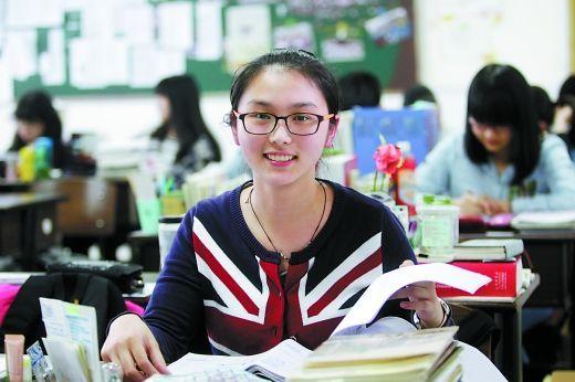 王旎瑞在教室里复习,对即将到来的高考信心满满。 重庆晨报记者 许恢毅 摄