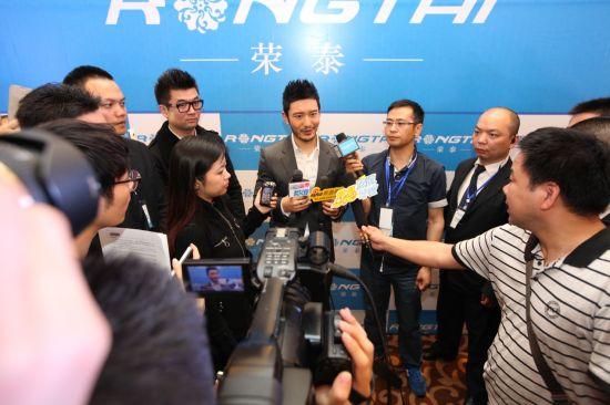黄晓明接受媒体采访