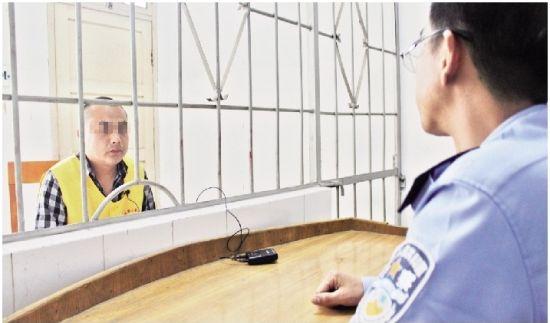 图为:犯罪嫌疑人文英虎接受民警调查 记者高东起摄