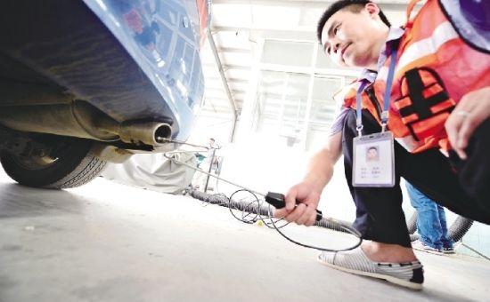 图为:工作人员现场对机动车进行环保检测 记者李辉摄