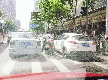 图为:友谊路如此停车(右侧车辆)妨碍通行会受罚