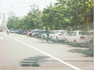 图为:汉口沿江大道,泊位内可停车,泊位外禁停