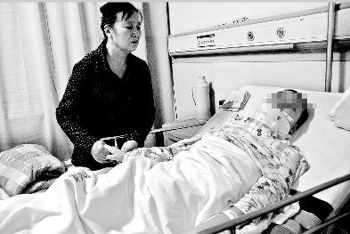图为:躺在病床上的受伤少女胡盼盼