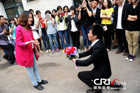 武汉高校毕业季上演浪漫表白 6对牵手成功