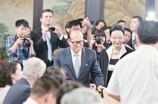 图为:昨日,世界华人首富李嘉诚飞抵江城,低调出席长江国际商会成立大会 (记者曹大鹏摄)