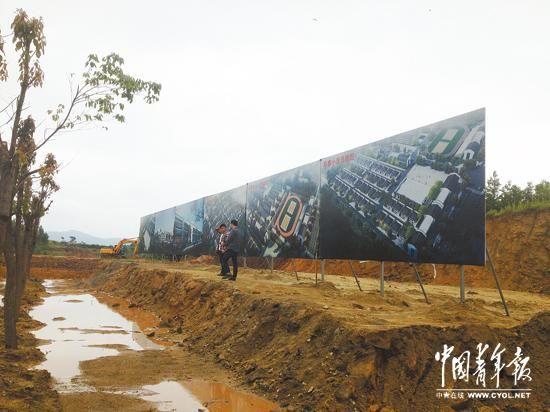 矗立在蒋铺中心社区建设工地上的规划蓝图。本报记者雷宇摄