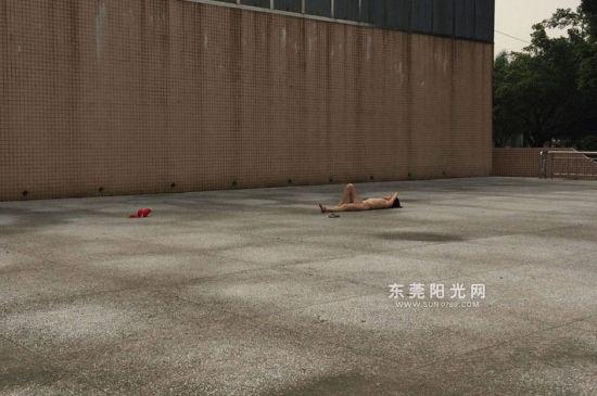 东莞一女子裸体躺广场