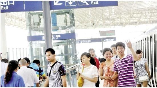 图为:乘客抵达汉口北站 记者程铭摄